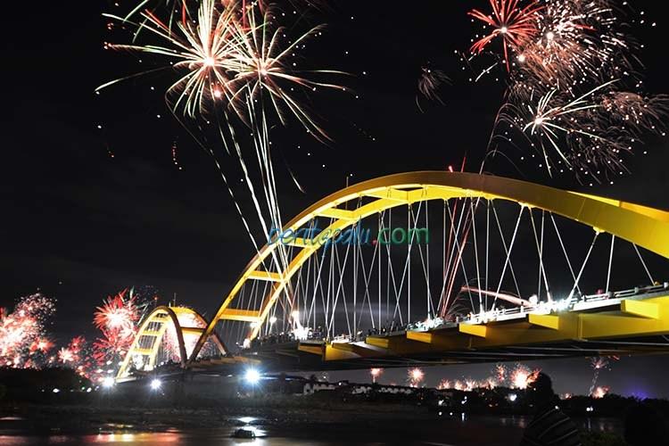 Kebangkitan Vandalisme Jembatan Palu Iv Pojokpalu Warga Menikmati Pesta Kembang