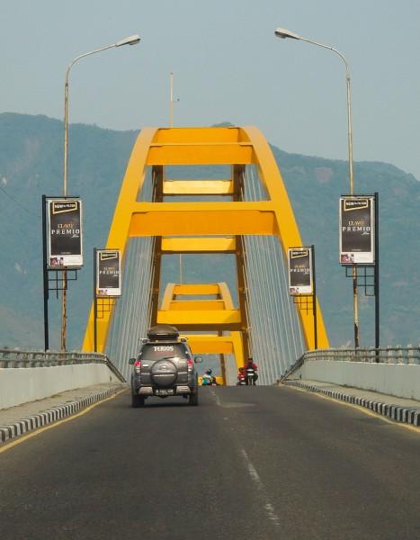 Melintasi Jembatan Kuning Ponulele Palu Wira Nurmansyah Terios Menyebrangi 4