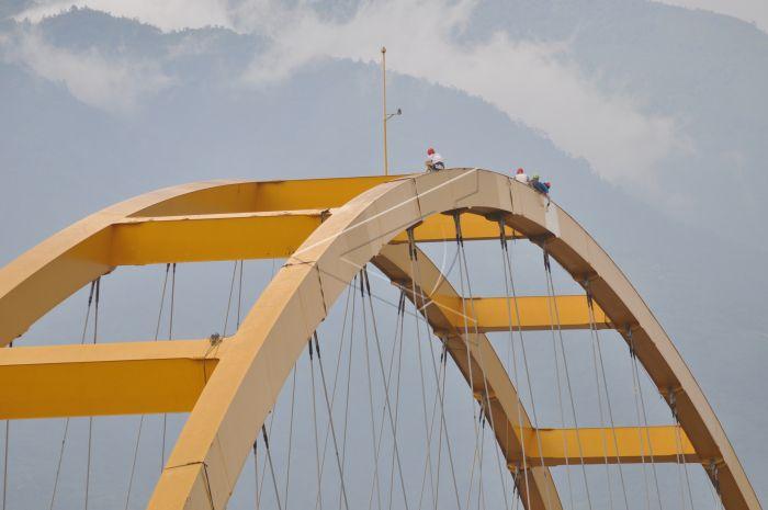Perawatan Jembatan Kuning Antara Foto Sejumlah Pekerja Mengecat Bagian Proses