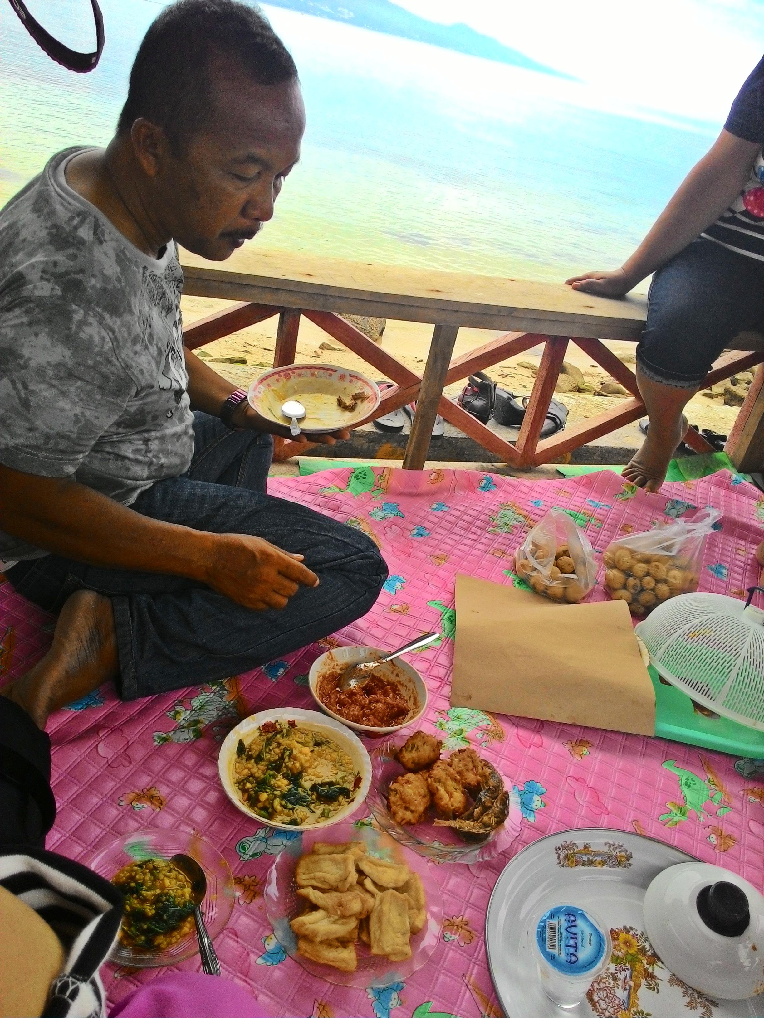 Kota Palu Maman Mimin Menikmati Bubur Ubi Manado Pisang Goreng