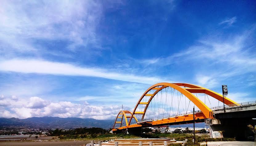 Pesona Jembatan Kuning Merah Talise Palu Business Lounge Kota