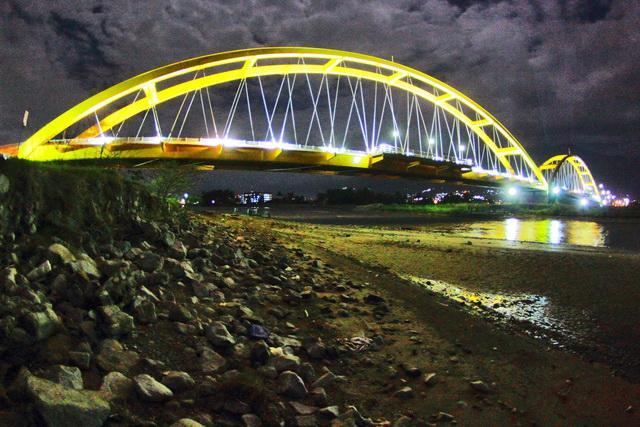 Ponulele Landmark Palu Sehangat Saraba Senikmat Pisang Gepe Jembatan Merah
