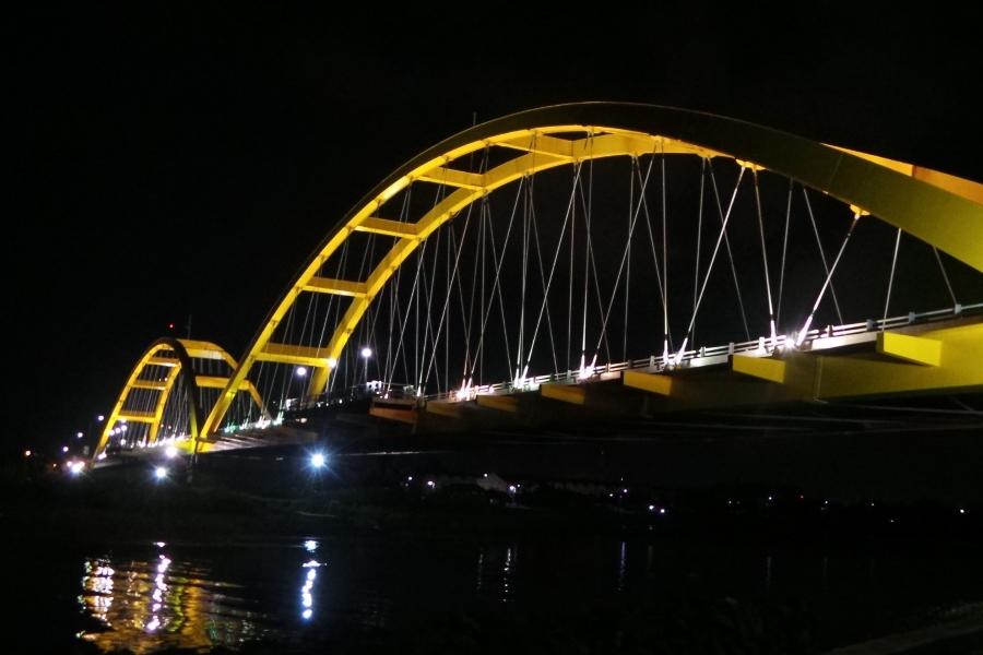 Unik Jembatan Mirip Logo Mcdonald Palu Merah Kota