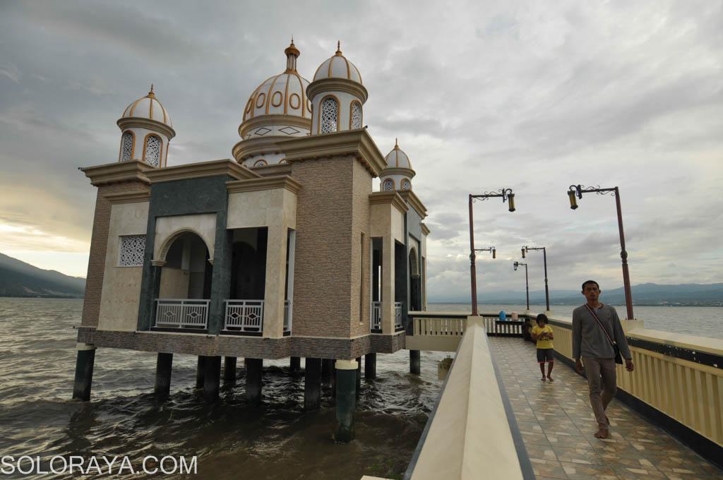 Kisah Balik Keindahan Masjid Terapung Palu Aengaeng Warga Menikmati Sore