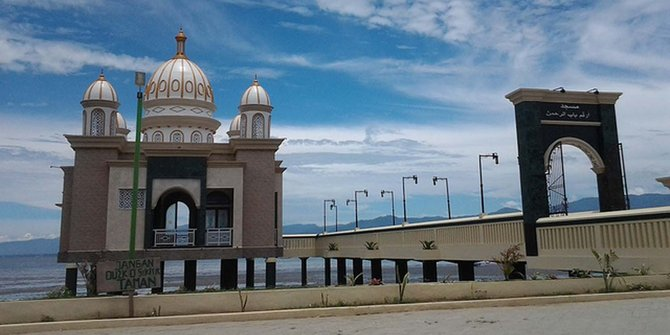 Meneropong Wisata Religi Palu Merdeka Masjid Apung Kota