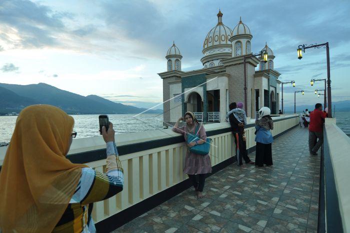 Ngabuburit Masjid Terapung Palu Antara Foto Apung Kota