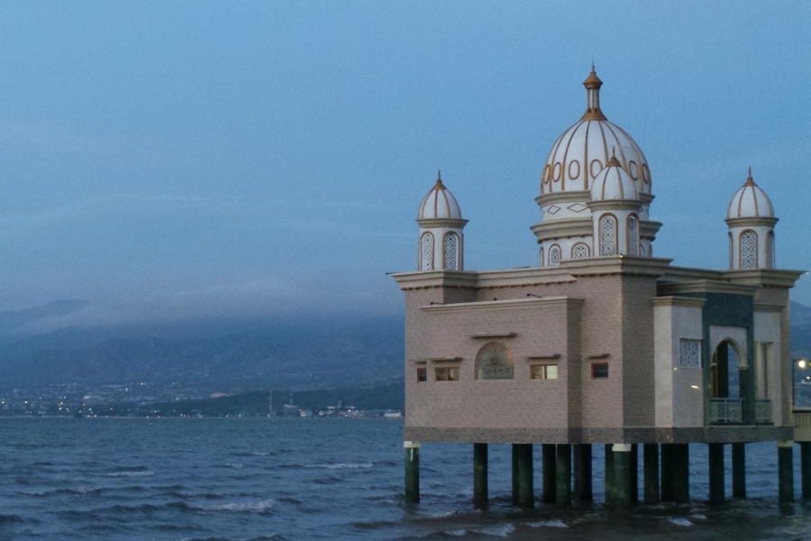Palu Punya Masjid Terapung Kubah 7 Warna Apung Kota