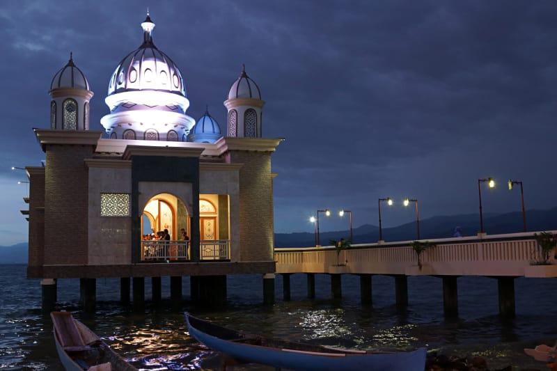 Photo Story Pesona Masjid Terapung Palu Kumparan Suasana Malam Hari