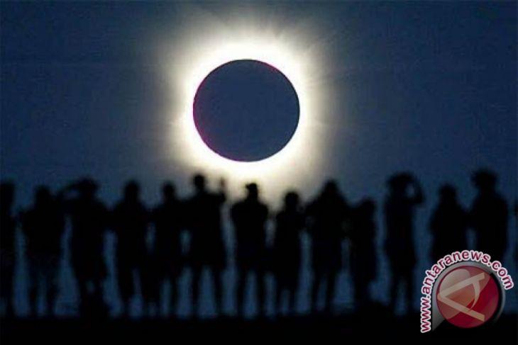 Meneropong Peristiwa Langka Gerhana Matahari Total Antara News Tugu Kota