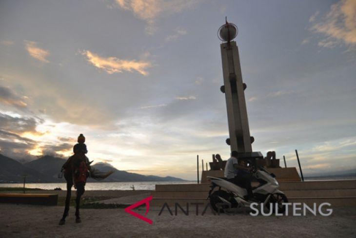 Ngabuburit Teluk Palu Antara News Sulawesi Tengah Tugu Gerhana Matahari