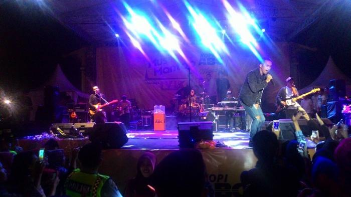 Fans Lyla Bersorak Band Kesayangan Tampil Lapangan Purna Mtq Pekanbaru