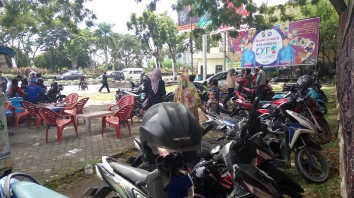 Tukang Parkir Pungut Tarif Rp 4000 Sepeda Motor Depan Mtq