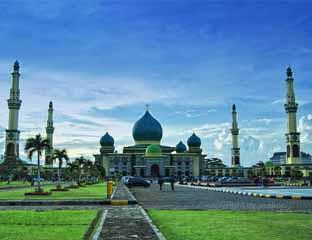 Tarawih Masjid Raya Pekanbaru Diimami Ulama Madinah Kota