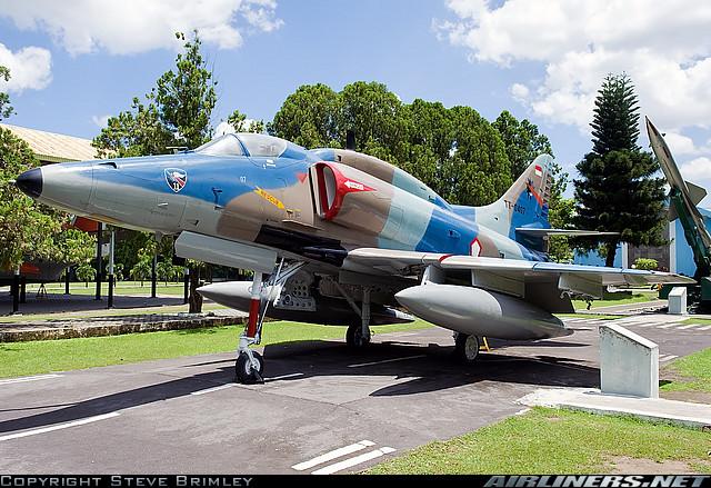 Airplane Scale Modelkit Douglas 4 Skyhawk Monumen Dilihat Tempat Pesawat