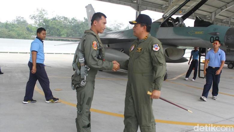 Ikuti Hut Tni Pesawat Hawk F16 Kembali Home Base Pekanbaru