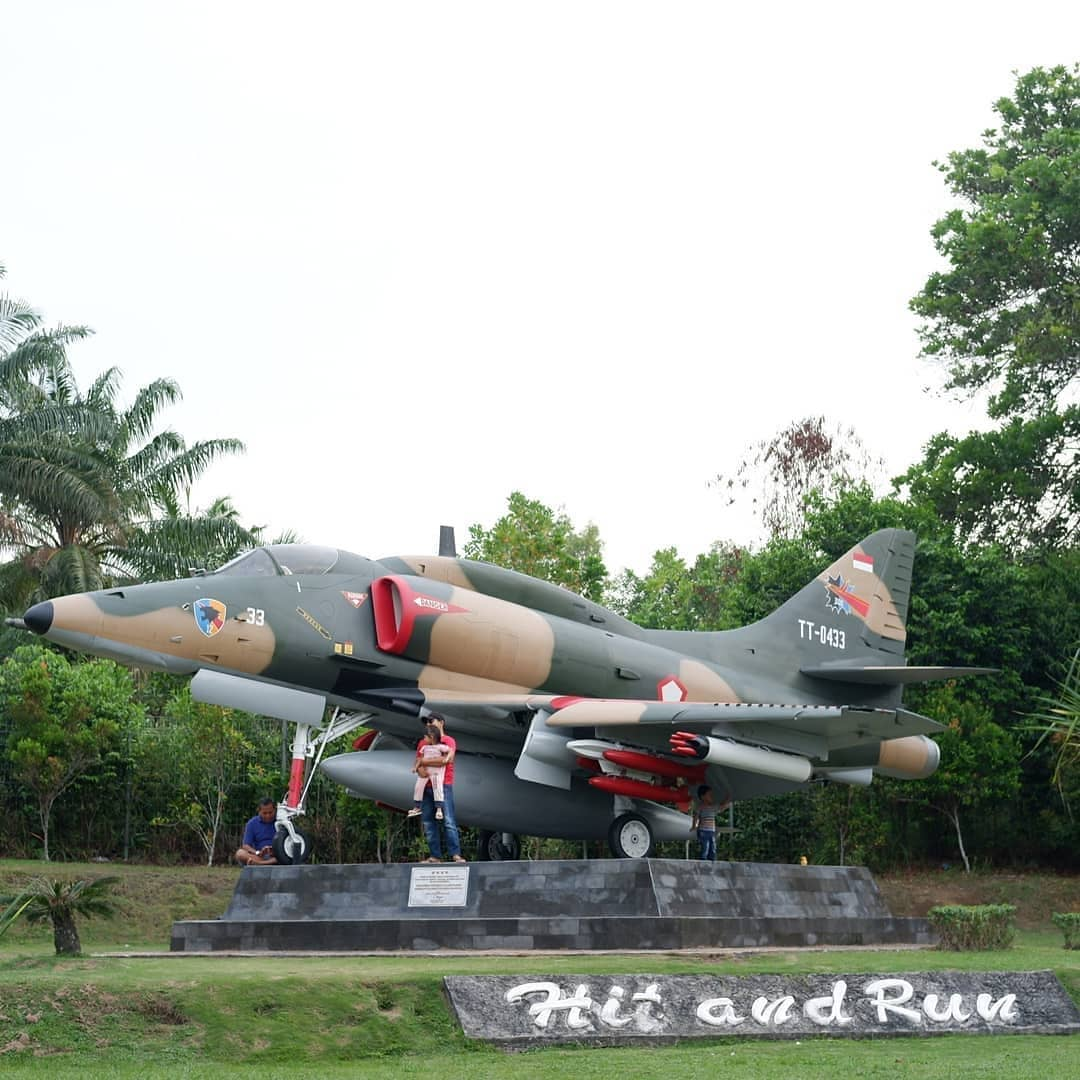 Instagram Photos Videos Tagged Infiariau Snap361 Monumen Pesawat 4e Skyhawk