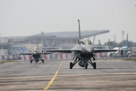 Pesawat Tempur Berseliweran Langit Pekanbaru Monumen 4e Skyhawk Kota