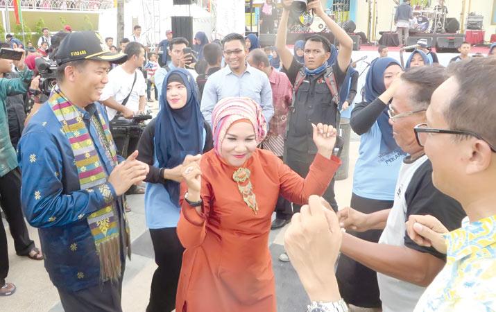 Berita Walikota Berjoget Festival Sungai Siak Harian Analisa Rumah Singgah