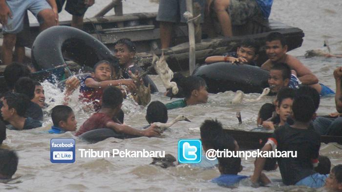 Tradisi Petang Balimau Digelar Sore Tepian Sungai Siak Pekanbaru Rumah