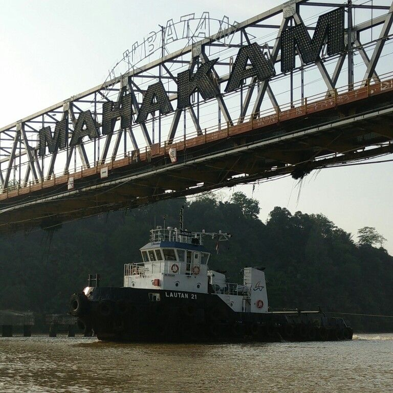 Tugboat Cross Mahakam Bridge Samarinda East Kalimantan Borneo Indonesia Dunia