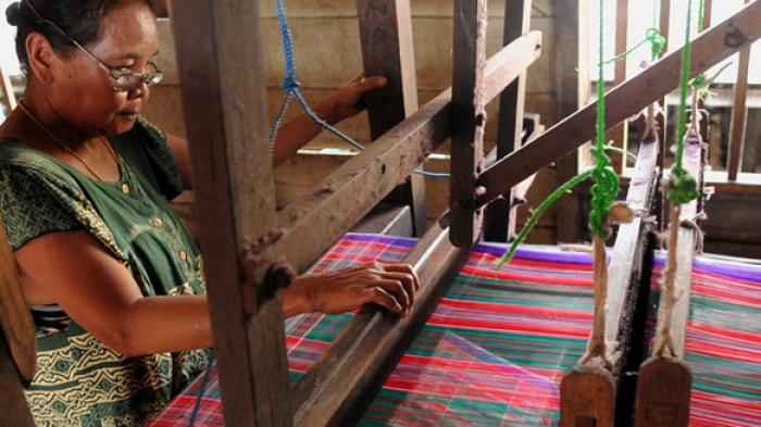 Kampung Tenun Digital Dorong Penjualan Pengrajin Hingga Mancanegara Ilustrasi Penenun