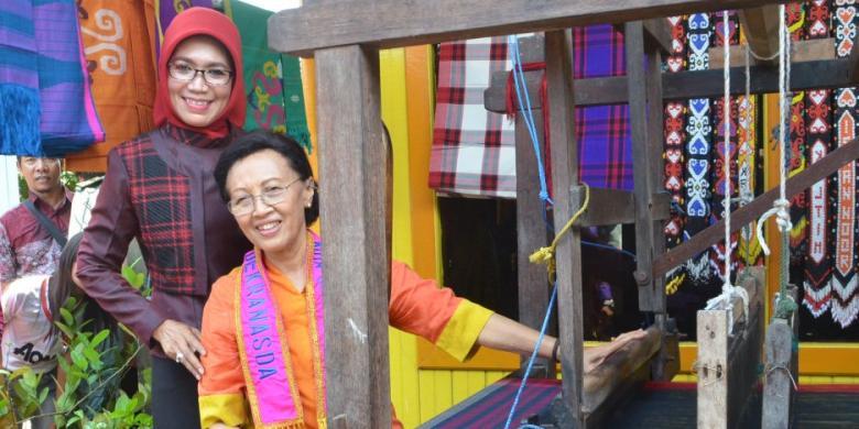 Ketika Istri Wapres Menenun Sendiri Kain Sarung Samarinda Budiono Herawati
