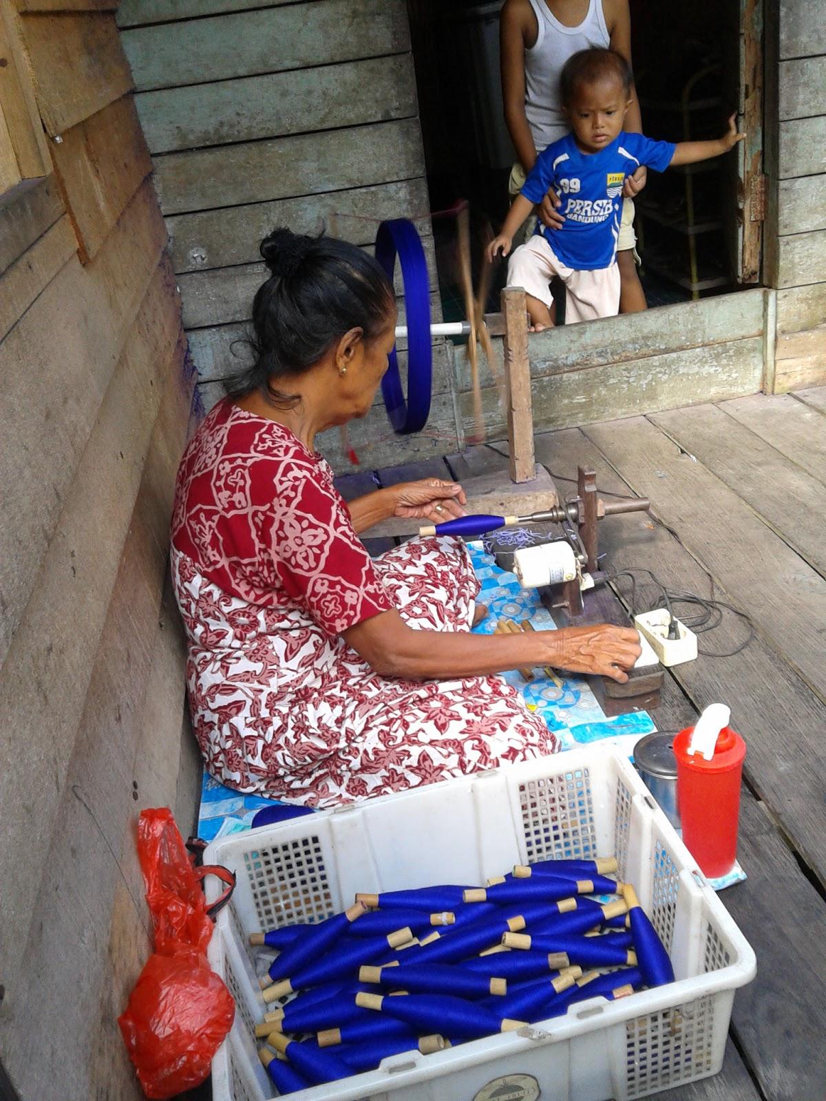 Kunjungan Sarung Tenun Samarinda Seberang Gambar Samping Proses Pemintalan Benang