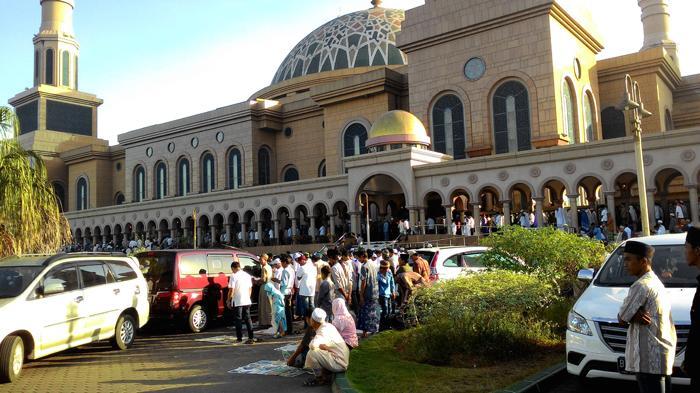 Puluhan Ribu Umat Shalat Id Masjid Baitul Musttaqien Islamic Center