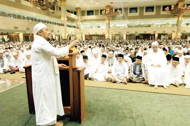 Ribuan Warga Antusias Makmurkan Masjid Kaltim Post Tampak Hadir Gubernur