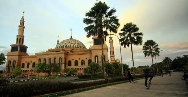 Salurkan Hobi Kaltim Post Kala Sore Jalur Masuk Menuju Masjid