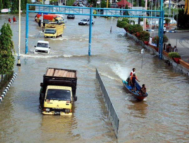 Dtiskandarz November 2010 Banjir Kian Kerap Melanda Samarinda Patung Pesut