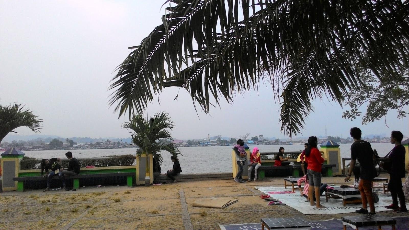 Sore Tepian Sungai Mahakam Samarinda Patung Pesut Kota