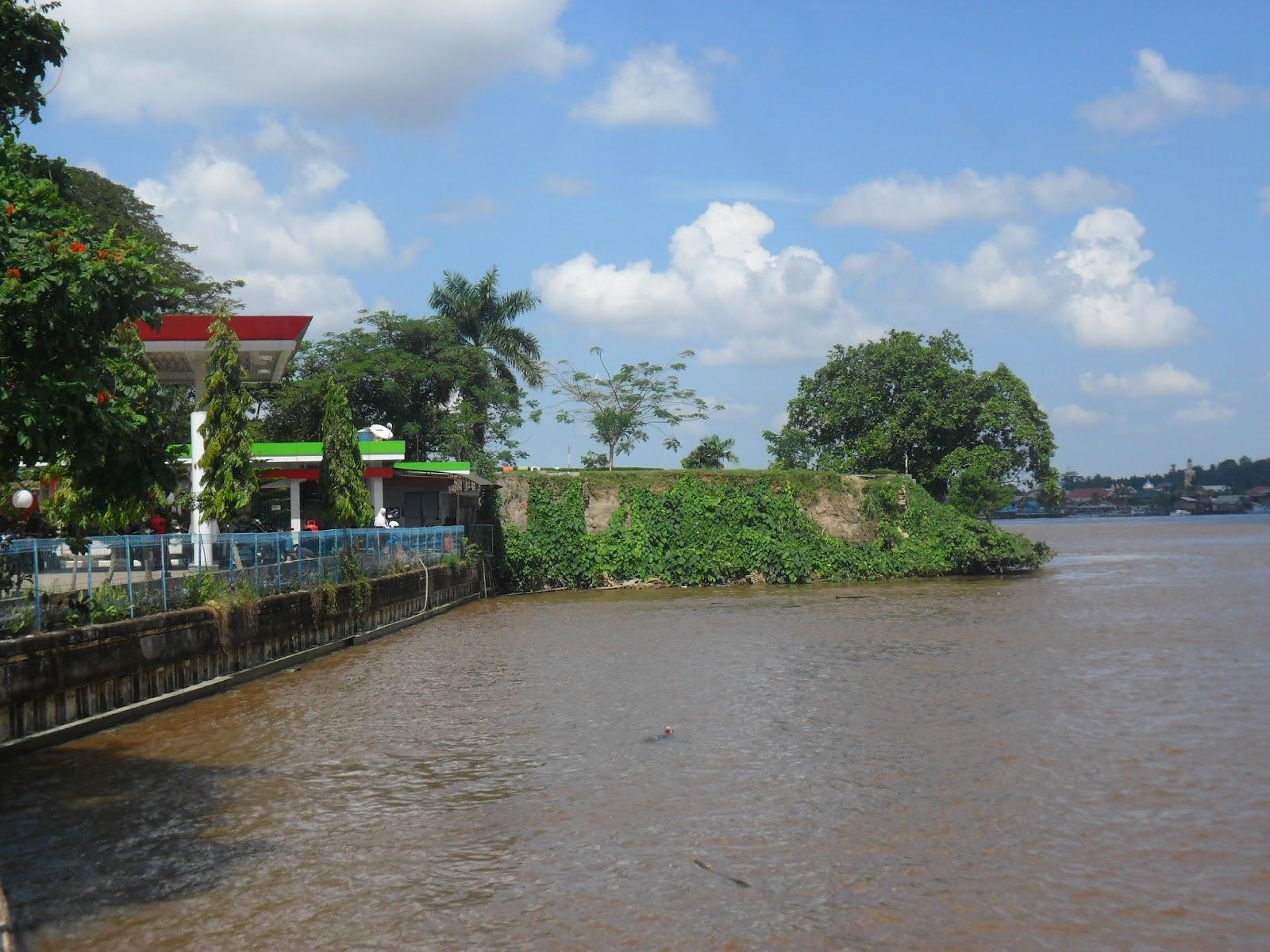 Urban Legend Tepian Gua Bawah Air Teluk Lerong Patung Pesut