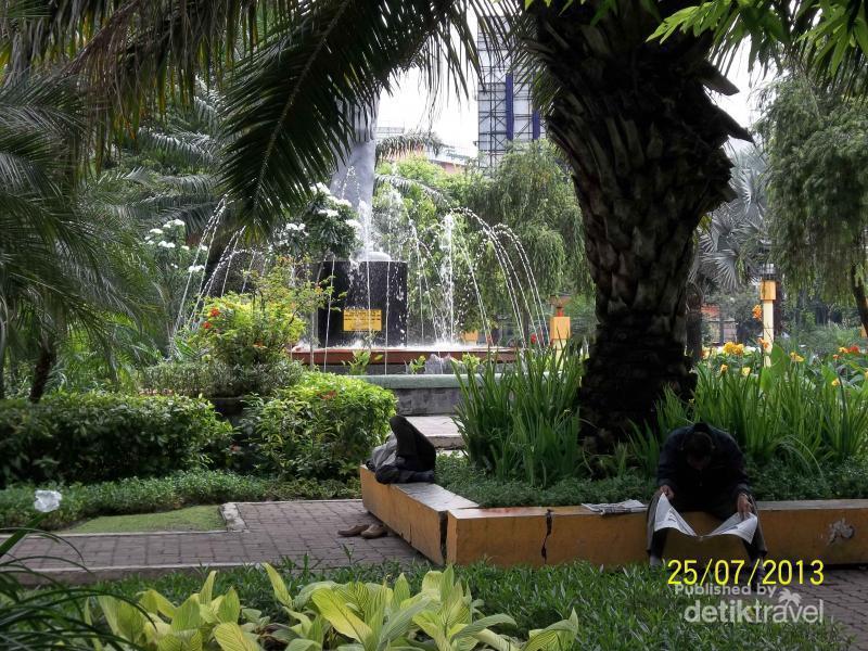 Jalan Santai Monumen Gubernur Suryo Arca Dolog Surabaya Joko Kota