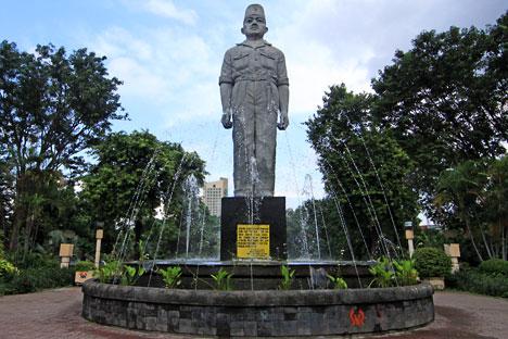 Menikmati Pesona Monumen Gubernur Suryo Arca Joko Dolog Taman Apsari