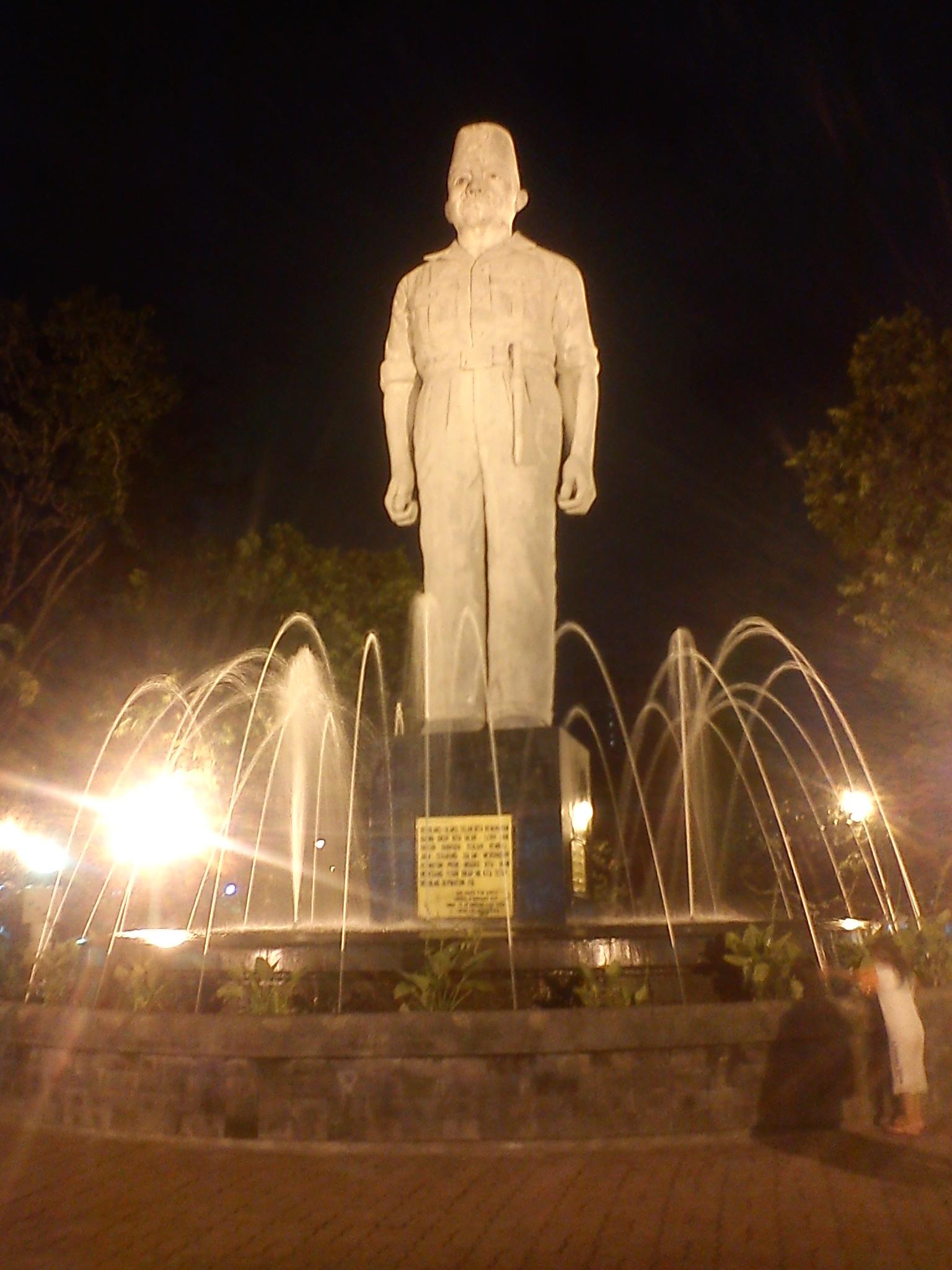 Menikmati Pesona Monumen Gubernur Suryo Arca Joko Dolog Taman Selama