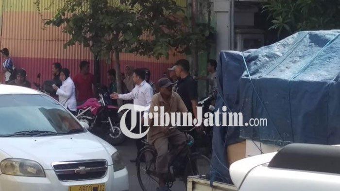 Usai Tinjau Polrestabes Surabaya Risma Langsung Pantau Arus Kendaraan Jalan
