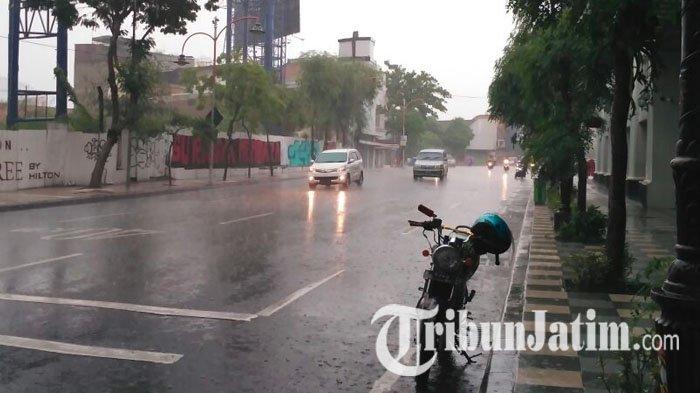Jalan Tunjungan Surabaya Diguyur Hujan Deras Disertai Angin Lintas Lengang