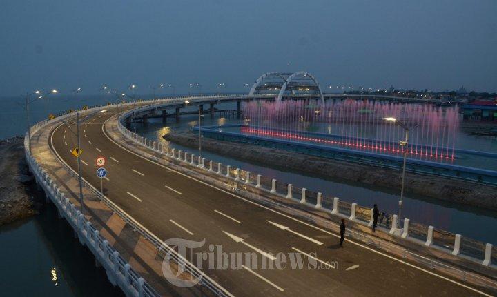 Kilauan Cahaya Air Mancur Menari Jembatan Merah Surabaya Foto 10