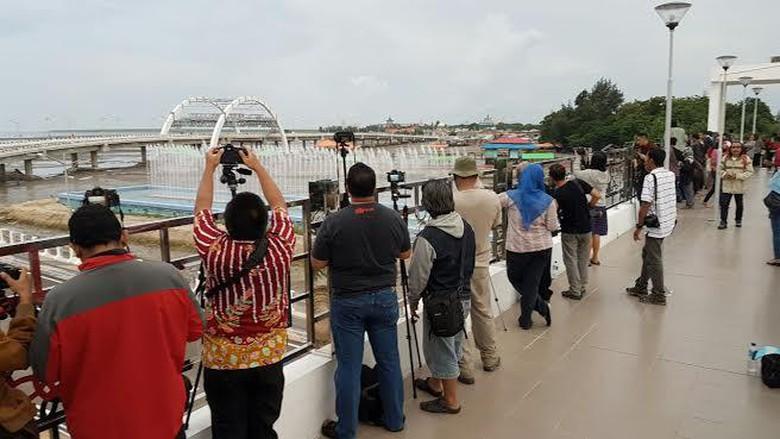 Ratusan Fotografer Komunitas Serbu Jembatan Kenjeran Air Mancur Menari Foto