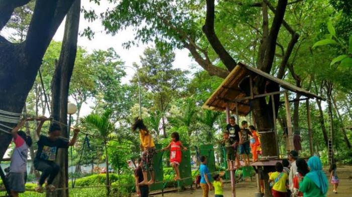 Libur Panjang Sebagian Warga Kota Habiskan Waktu Taman Surya Monica