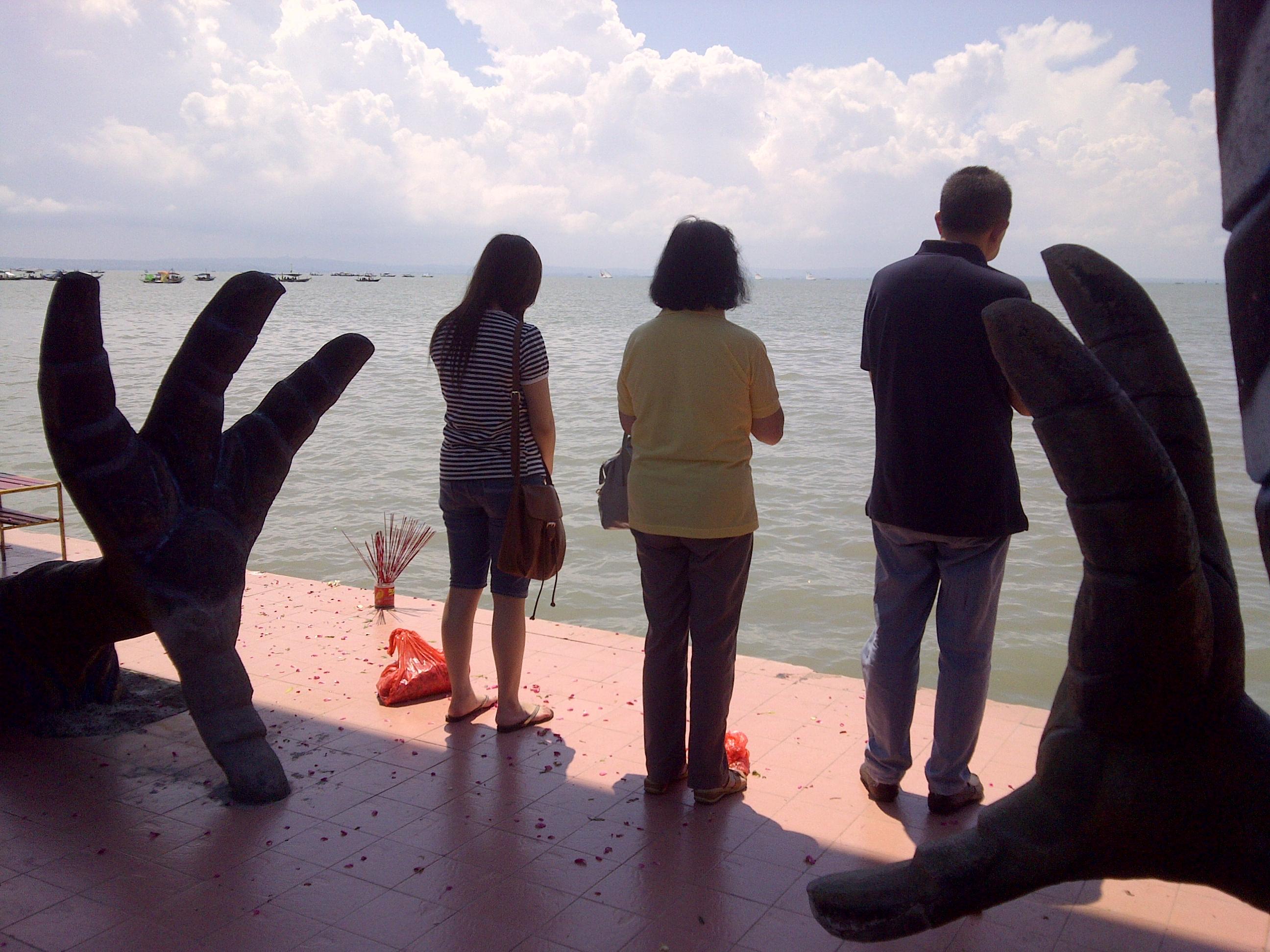 File Indonesian Chinese Family Pray Deceased Members Sanggar Agung Temple