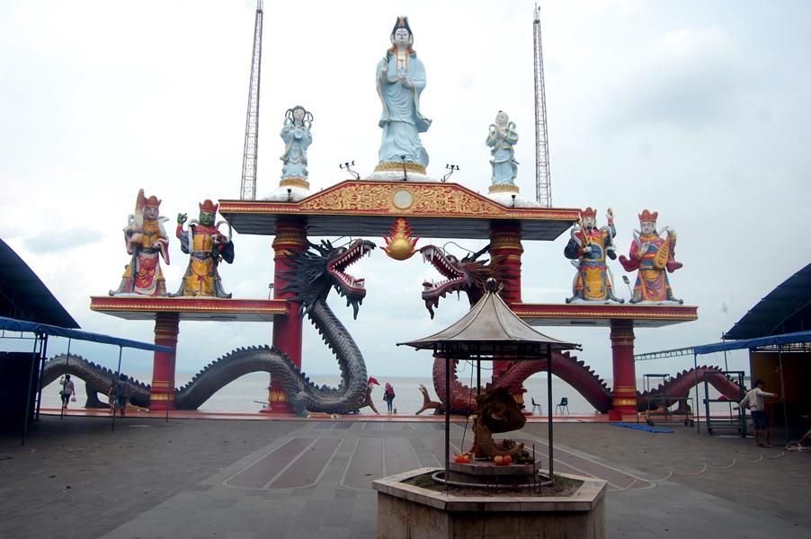 Patung Dewi Kwan Im Setinggi 20 Meter Klenteng Sanggar Agung