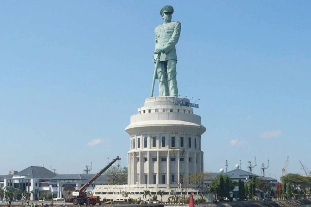 Monumen Jalesveva Jayamahe Monjaya Menggambarkan Sosok Perwira Tni Angkatan Laut