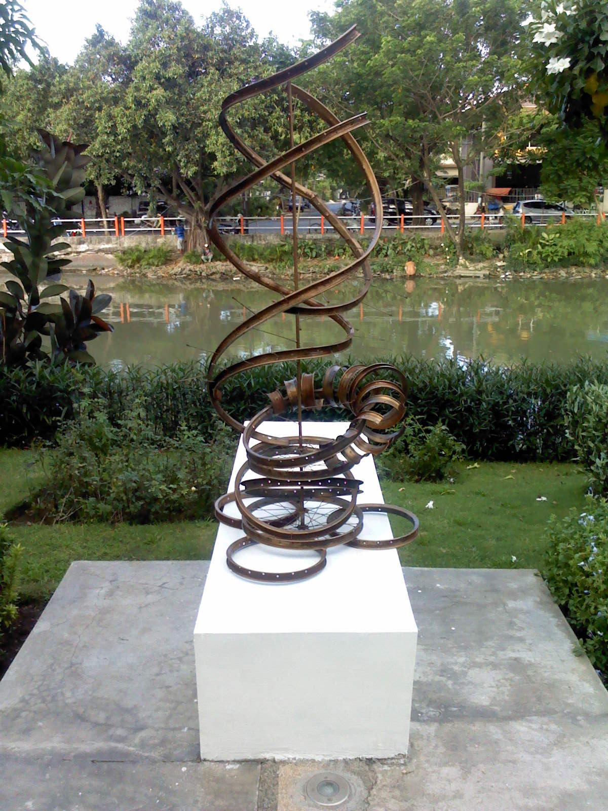 Taman Undaan Kulon Malam Hari Pesona Kota Surabaya Patung Instalasi