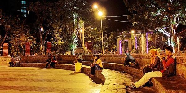 10 Tempat Wisata Malam Surabaya Menarik Dikunjungi Taman Bungkul Kota
