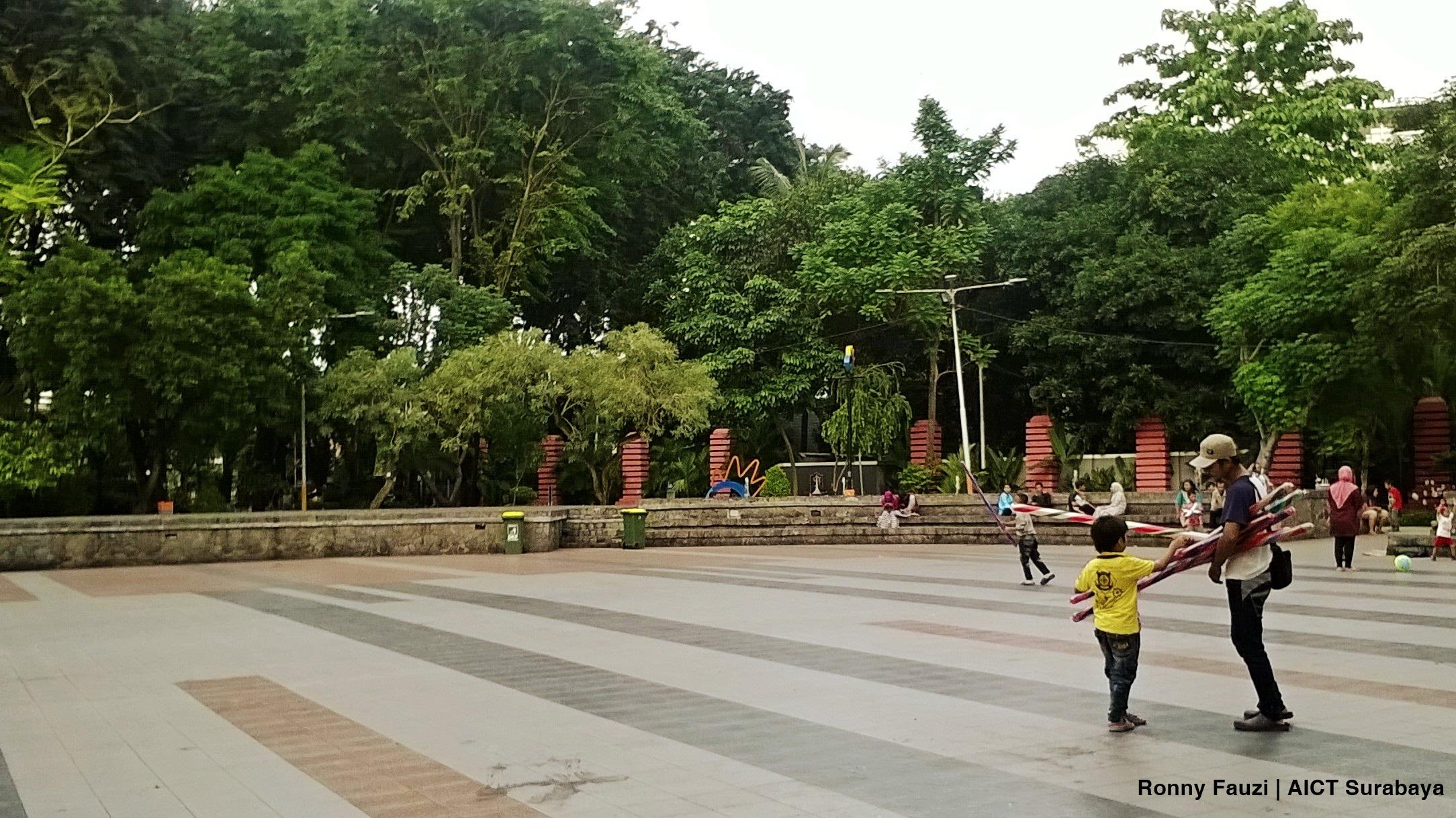 Suasana Plaza Amfiteater Taman Bungkul Aict Surabaya Sunan Mbah Kota