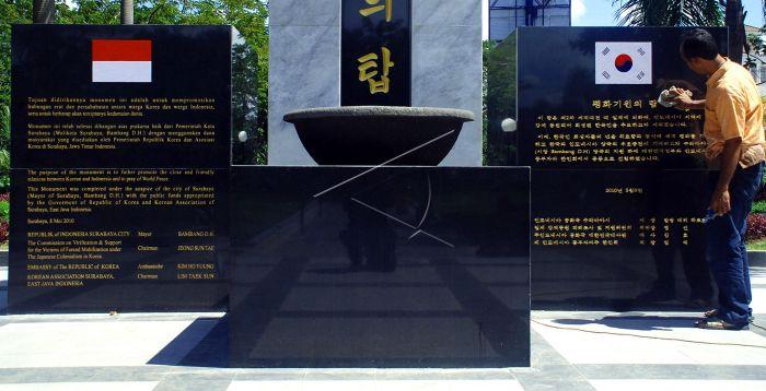 Taman Indonesia Korea Antara Foto Pekerja Membersihkan Monumen Persahabatan Kawasan