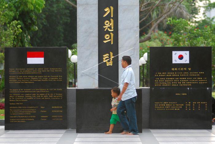 Taman Persahabatan Antara Foto Bapak Anaknya Melintas Didepan Tugu Indonesia