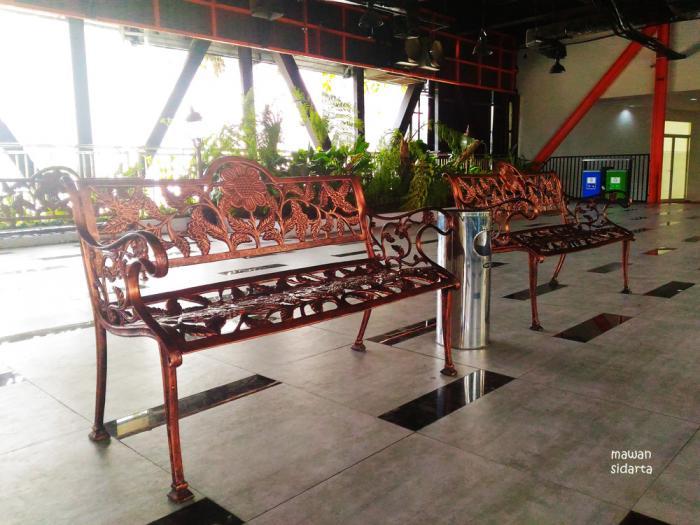 Bangunan Bekas Toko Disulap Jadi Taman Cantik Surabaya Oleh Kursi